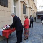 Kwiaty składa delegacja TMLiKPW o/Opole, Prezes Irena Kalita i v-ce Prezes Stanisław Dorosz